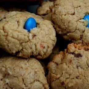 Cookies com chocolate, coco e M&M's