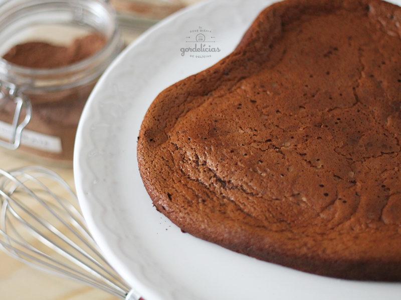 Bolo de Chocolate de Liquidificador. Receita fácil e rápida, que vai arrancar elogios dos comensais. Passo a passo completo em http://gordelicias.biz.