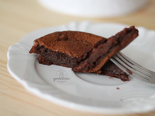 Bolo de Chocolate de Liquidificador. Receita fácil e rápida, que vai arrancar elogios dos comensais. Passo a passo completo em https://gordelicias.biz/.