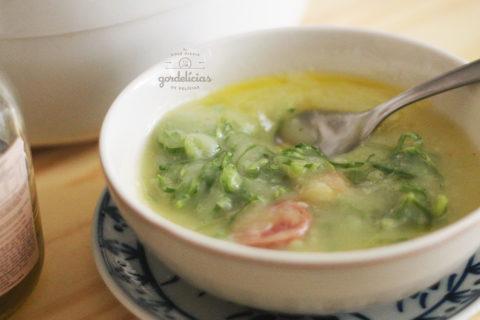 Como fazer o tradicional caldo verde. Receita fácil, com poucos ingredientes, pá pum pra matar a fome nos dias frios. Passo a passo completo em https://gordelicias.biz/
