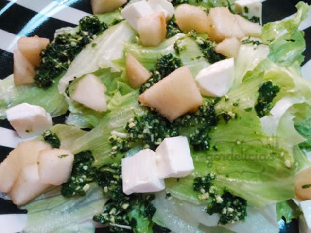 Salada com Pesto de Hortelã e Pêra. Receita completa em https://gordelicias.biz/.