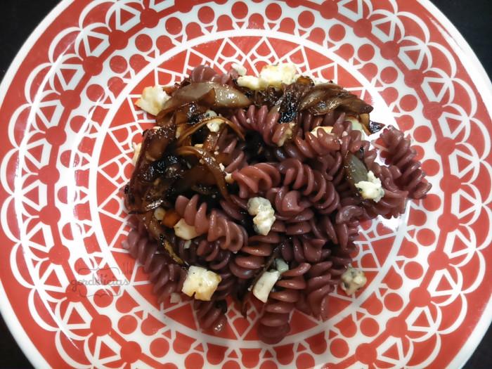 Massa ao Vinho com Gorgonzola e Cebola Caramelizada