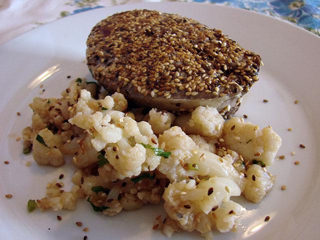 Atum Selado no Gergelim com Salada de Couve-Flor. Receita completa em http://gordelicias.biz.