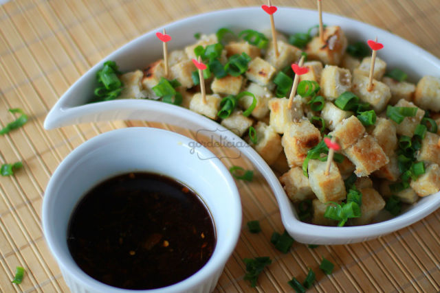 Tofu com molho especial agridoce. Receita completa no Gordelícias.