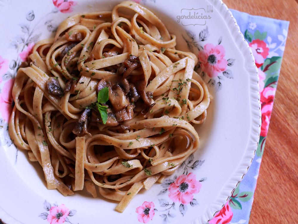 Fettuccine com Cogumelos Frescos. Mais em http://gordelicias.biz.