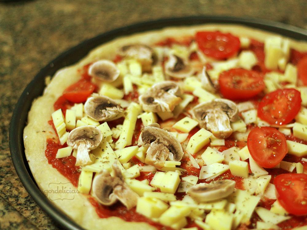 Pizza Caseira. Receita completa em https://gordelicias.biz/.