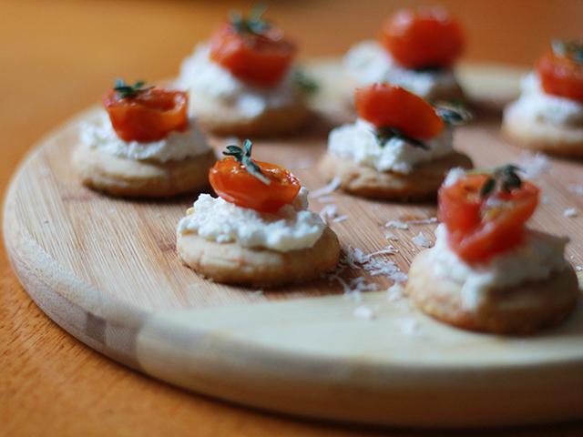Canapés de Parmesão com Tomate Assado e Creme de Ricota. Mais em http://gordelicias.biz.