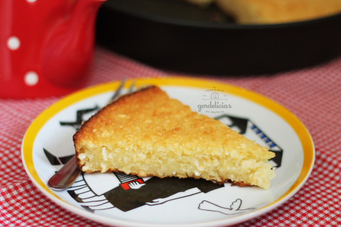 Bolo de Aipim. Ou macaxeira. Ou mandioca. Tanto faz o nome porque o resultado é um só. Uma delícia de bolo caseiro. Receita completa em https://gordelicias.biz/.