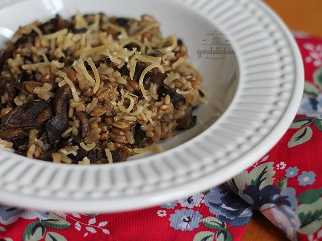 Risoto 7 Cereais ao Funghi. Receita veggie completa no blog https://gordelicias.biz/.