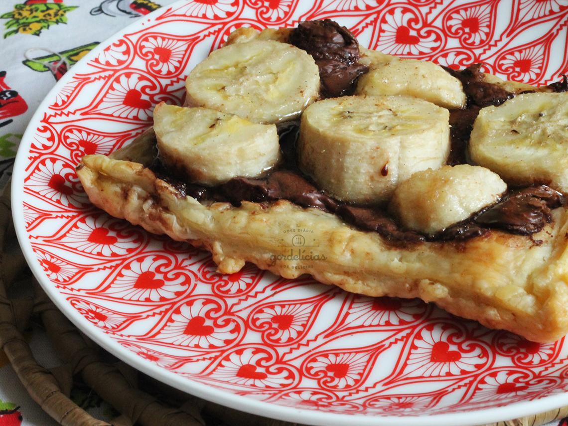 Folhado de Banana e Nutella. Receita com apenas 4 ingredientes disponível em https://gordelicias.biz/.