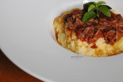 Polenta com Ragu de Carne. Receita completa em http://gordelicias.biz.