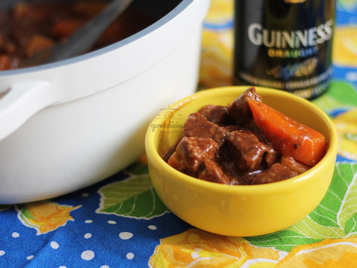 Ensopadinho de Carne com Guinness. Receita irlandesa diretamente pra sua mesa brasileira. Mais em https://gordelicias.biz/.
