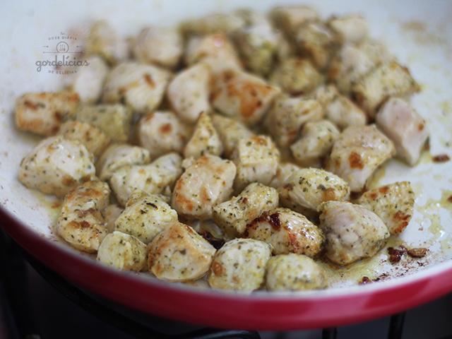 Massa gratinada com frango e brócolis. Receita comfort food deliciosa, completinha em http://gordelicias.biz.