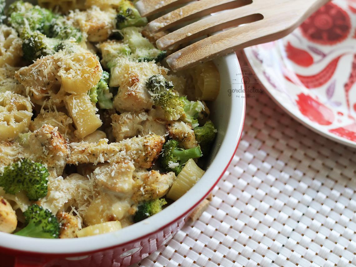 Massa gratinada com frango e brócolis. Receita comfort food deliciosa, completinha em https://gordelicias.biz/.