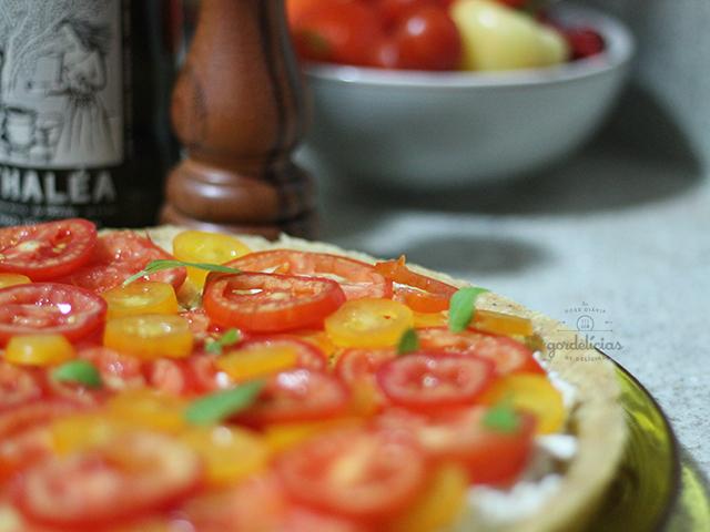 Torta de Tomates e Ricota. Receita completa em https://gordelicias.biz/.