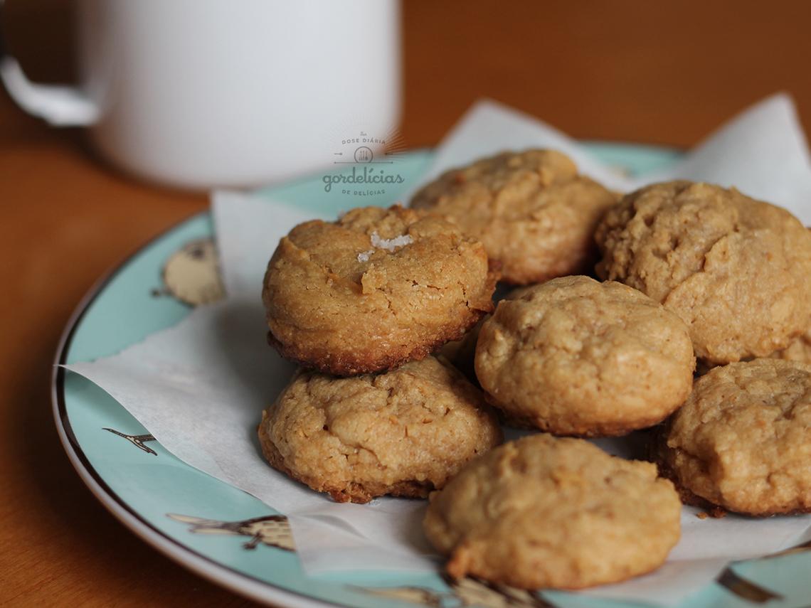 Cookies de Manteiga de Amendoim. Receita completa em https://gordelicias.biz/.
