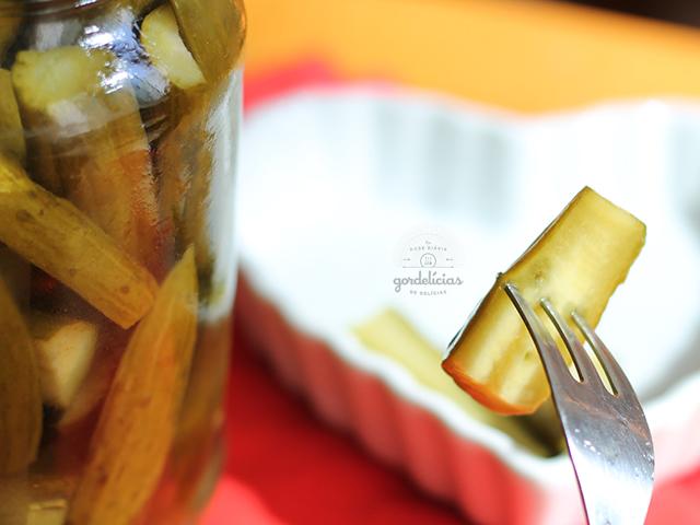 Como fazer Picles de Pepino. Receita base que serve tanto para o pepino quanto outros legumes. Mais em http://gordelicias.biz.