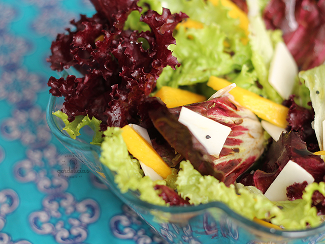 Salada Verde com Manga e Queijo de Cabra. Receita completa e saudável em https://gordelicias.biz/.