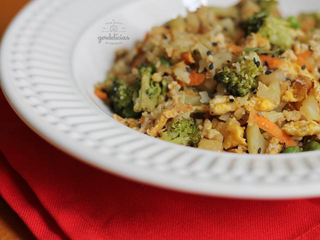 Arroz Frito de Couve Flor (Cauliflower Fried Rice). Receita completa em https://gordelicias.biz/.
