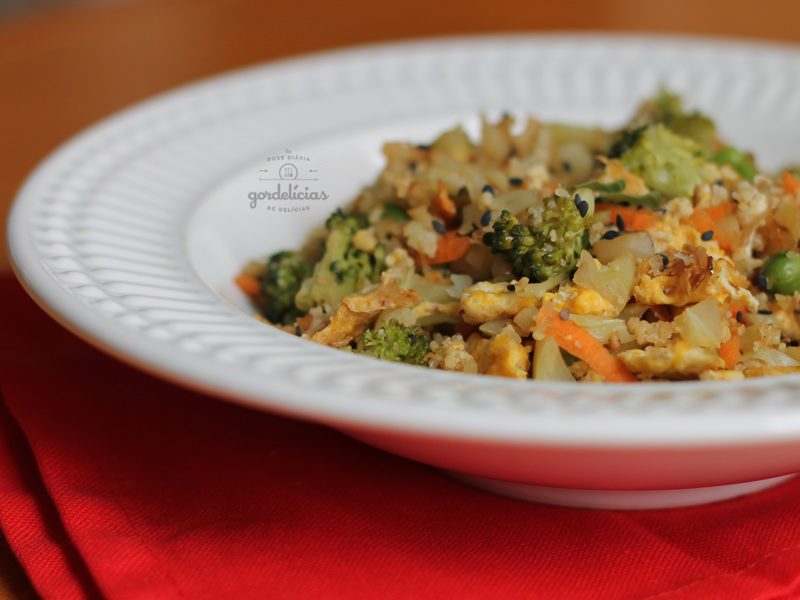 Arroz Frito de Couve Flor (Cauliflower Fried Rice). Receita completa em http://gordelicias.biz.