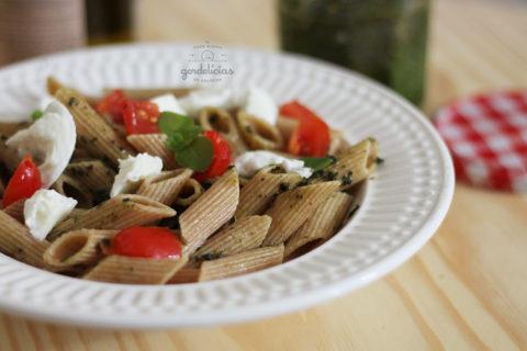 Massa Caprese com Pesto. Aprenda a fazer essa receita simples e saborosa no passo à passo do https://gordelicias.biz/.