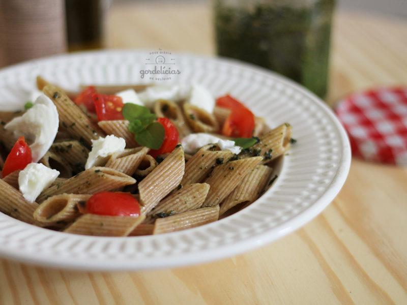Massa Caprese com Pesto. Aprenda a fazer essa receita simples e saborosa no passo à passo do http://gordelicias.biz.