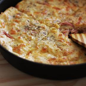 Torta de liquidificador é sempre uma mão na roda quando a fome aperta. Seja pra um lanche ou como protagonista em um almoço, tortas rápidas são sinônimo de praticidade e sabor à mesa. Fiz uma versão sabor queijo e presunto, receita em vídeo e completa no https://gordelicias.biz/.