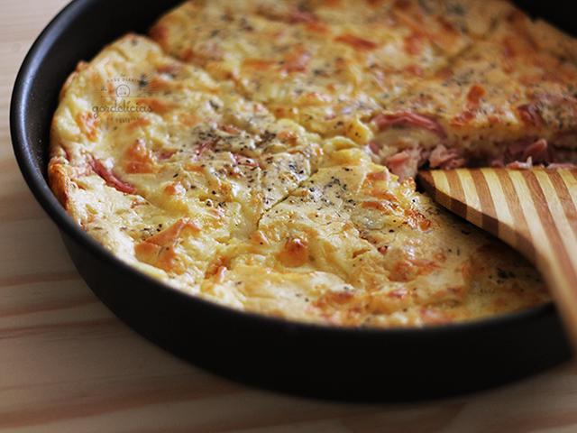 Torta de liquidificador é sempre uma mão na roda quando a fome aperta. Seja pra um lanche ou como protagonista em um almoço, tortas rápidas são sinônimo de praticidade e sabor à mesa. Fiz uma versão sabor queijo e presunto, receita em vídeo e completa no http://gordelicias.biz.