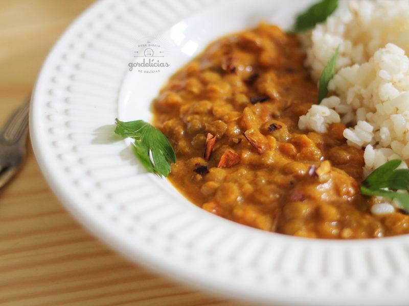 Curry Cremoso de Lentilha e Coco. Receita completa em https://gordelicias.biz/.