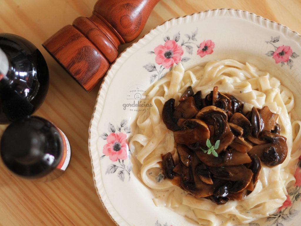 Massa ao Molho de Gorgonzola e Cogumelo Paris. Receita completa em http://gordelicias.biz.