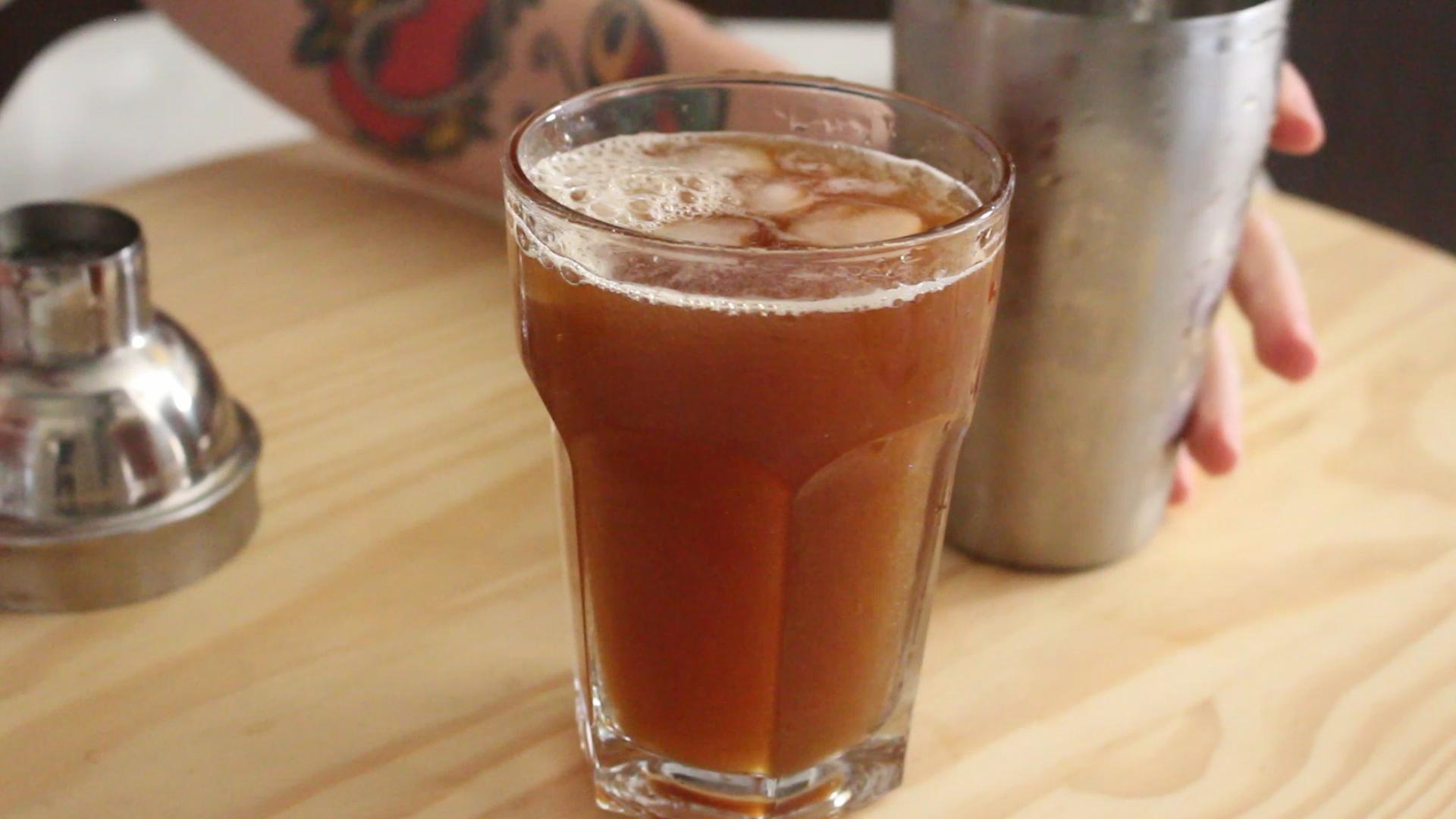 Café Gelado com Água de Coco. Um drink com café diferente e surpreendente. Aprenda a fazer acessando https://gordelicias.biz/.