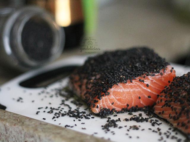 Salmão grelhado com gergelim. Receita rápida e deliciosa, completinha em https://gordelicias.biz/.
