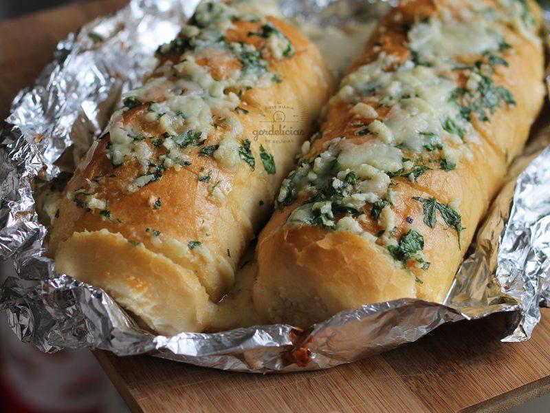 Pão de Alho com Queijo. Receita testada e mais do que aprovada, simplesmente incrível. Mais em https://gordelicias.biz/.