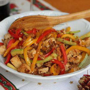 Salteado de Tofu e Legumes. Receita completa em https://gordelicias.biz/.
