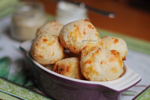 Pão de Queijo com Tapioca. Receita fácil e divertida para fazer com as crianças. Mais em https://gordelicias.biz/.