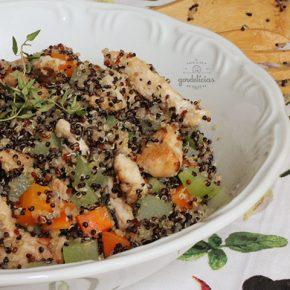 Quinoa com Frango e Legumes. Receita saudável e completa em https://gordelicias.biz/.