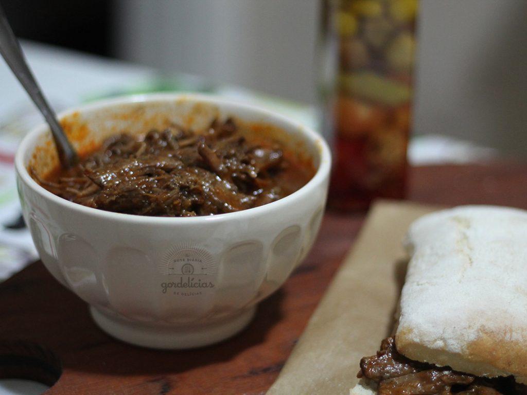 Peito Bovino na Panela de Pressão. Aprenda a fazer uma carne desfiando, super suculenta e saborosa. Passo a passo em http://gordelicias.biz.