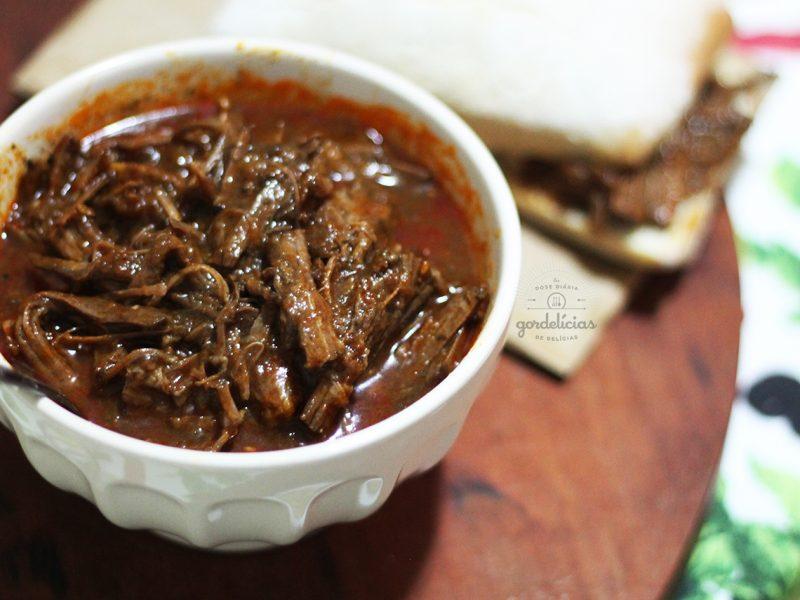 Peito Bovino na Panela de Pressão. Aprenda a fazer uma carne desfiando, super suculenta e saborosa. Passo a passo em https://gordelicias.biz/.