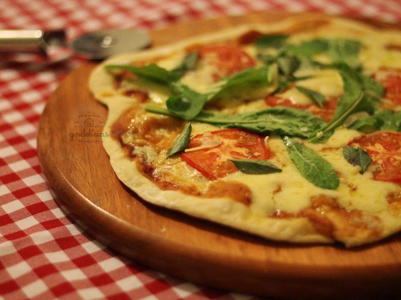 Como fazer Massa Básica para Pizza na Máquina de Fazer Pão. Receita completa em http://gordelicias.biz.