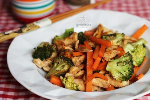 Stir Fry de Frango com Legumes. Receita completa em https://gordelicias.biz/.