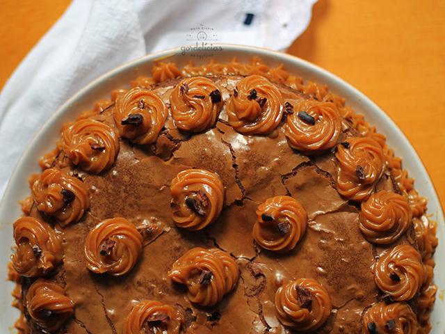 Bolo Brownie de Chocolate Meio Amargo e Doce de Leite. Receita completa em https://gordelicias.biz/.