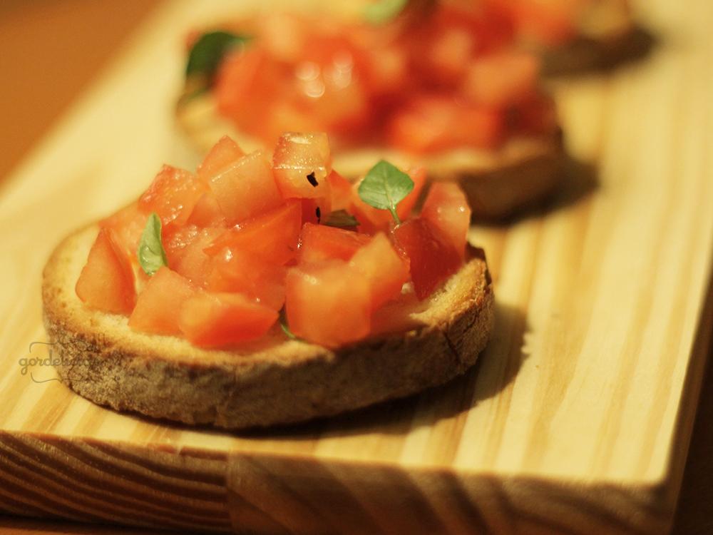 Bruschetta de Tomate. Perfeita pra abrir o apetite ou servir na confraternização com os amigos. Passo a passo completo em https://gordelicias.biz/.