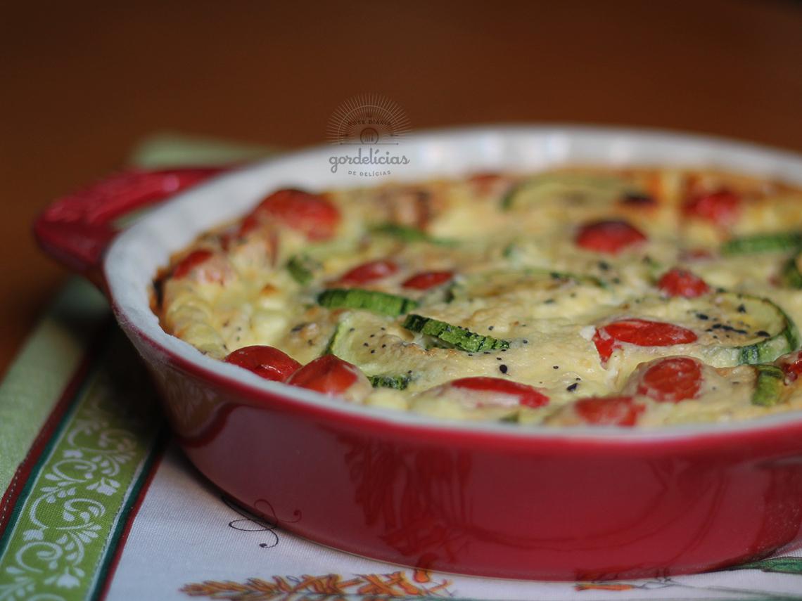 Clafoutis de Tomate, Abobrinha e Queijo Minas. Receita fácil e deliciosa, completa em https://gordelicias.biz/.