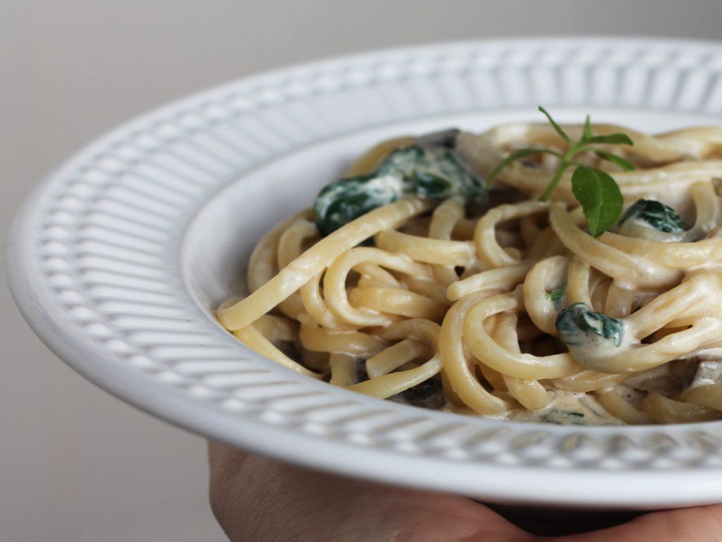 Espaguete com Espinafre e Cogumelos - receita completa em https://gordelicias.biz/.