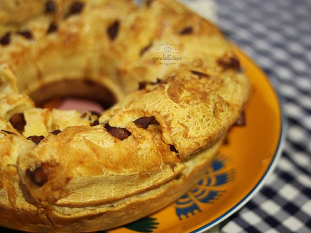 Bolo de Pão de Queijo com Calabresa. Receita completa em http://gordelicias.biz.