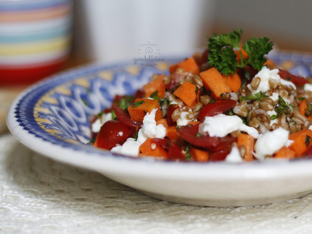 Salada de Trigo em Grãos. Receita completa em http://gordelicias.biz.