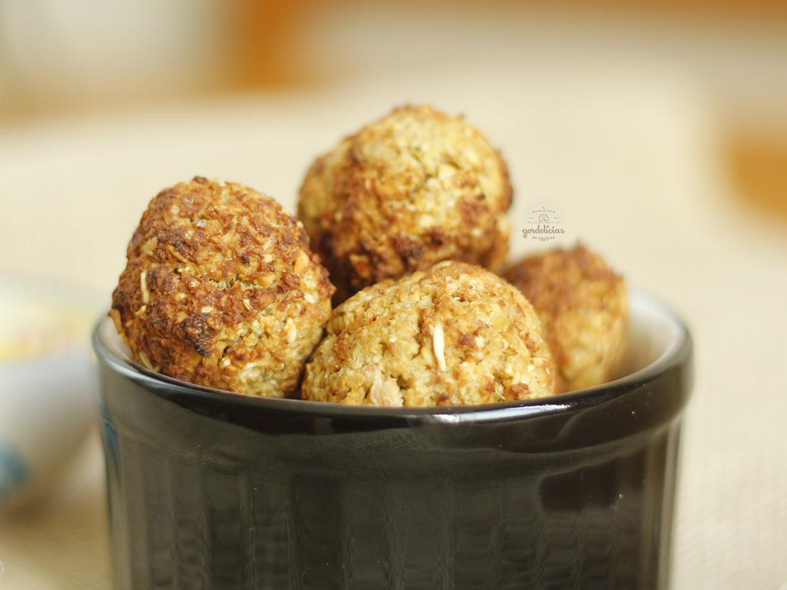 Bolinhos de Grão de Bico. Deliciosa receita vegetariana, com passo a passo completo em http://gordelicias.biz.