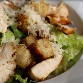 Como preparar uma tradicional Salada Caesar :: http://gordelicias.biz.