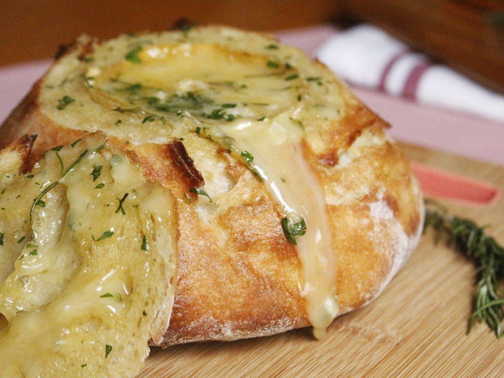 Pão Rústico com Queijo Camembert. Receita completa em http://localhost.