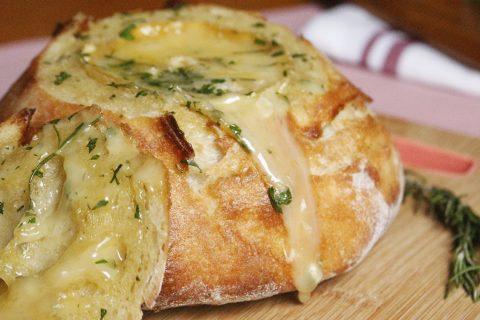 Pão Rústico com Queijo Camembert. Receita completa em https://gordelicias.biz.
